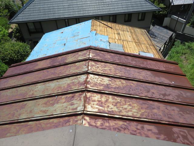 宝塚市仁川のお宅では、立派な母屋の脇に佇む離れのトタン屋根が、台風21号の強風で剥がされ、ブルーシート養生をして雨漏りから守っていた。