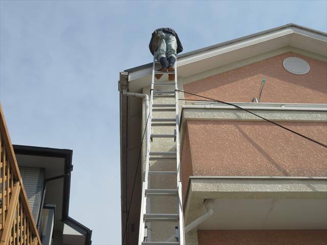 屋根点検や屋根修理工事は命がけの危険作業です。相当な心得がない限り一般の方は屋根に登らないでください
