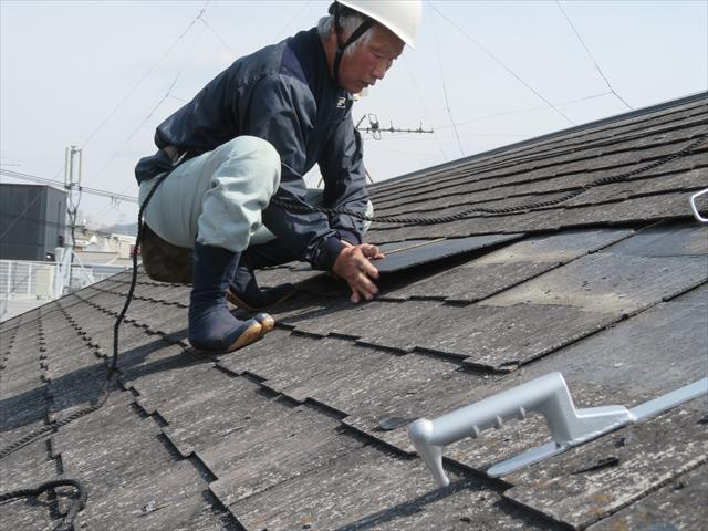 川西市でもカラーベスト修理工事を多く行いました。割れた部分だけの補修もできるばあいは、早く安く直すことができます。