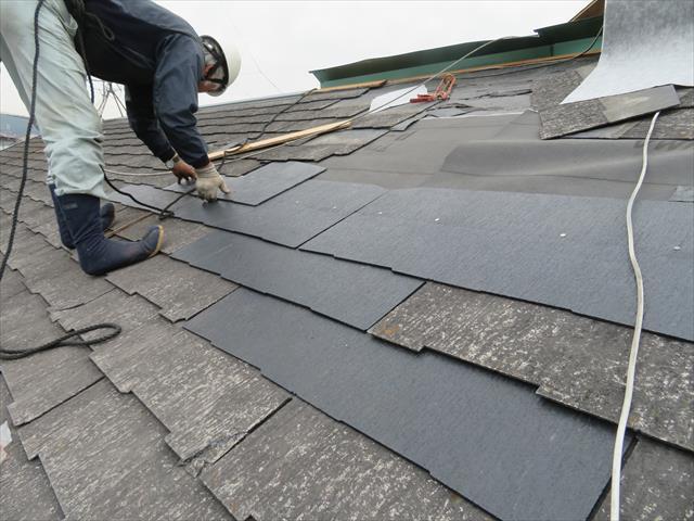伊丹市でカラーベスト修理をする街の屋根やさん宝塚店の大工は、内部漏水しないよう釘穴の防水処置に余念がありません。