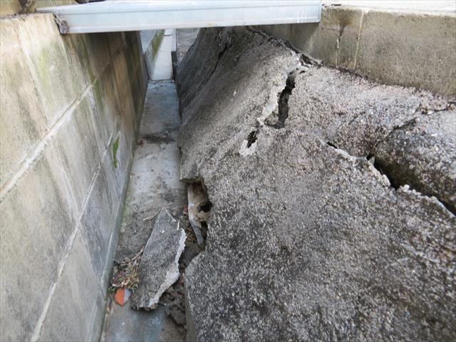 葺き替えで出た瓦を積んだダンプ6トンの荷重がガレージ擁壁を崩したのか