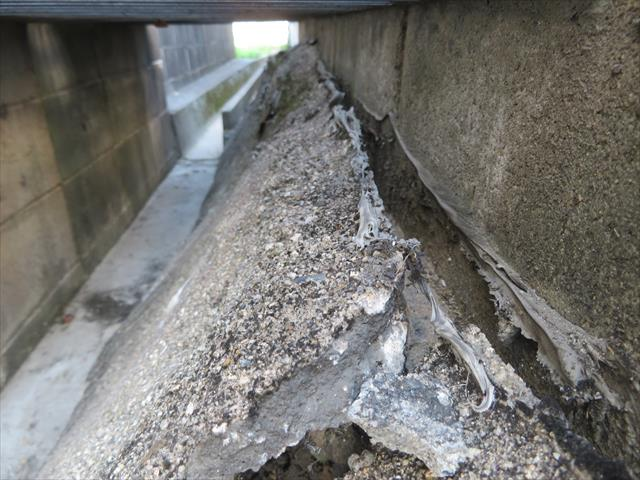 この擁壁は自家用車の積載荷重に耐えかねてひび割れを起こしていました。