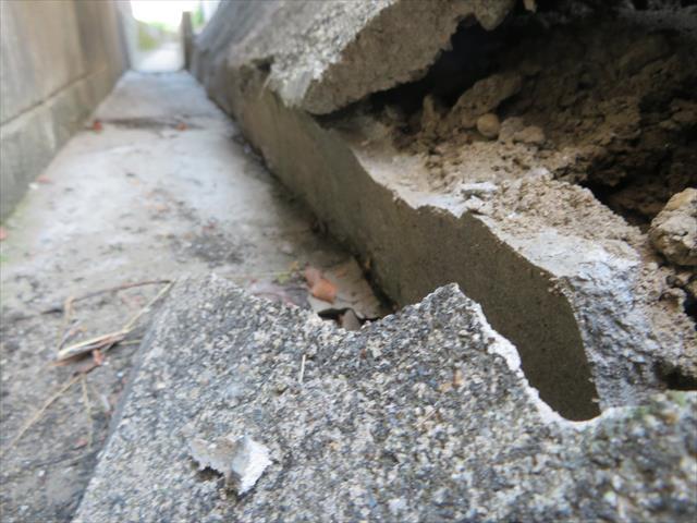 水路底面まで鉄筋入りのブロックで山留する擁壁であれば崩壊してしまう事はなかった