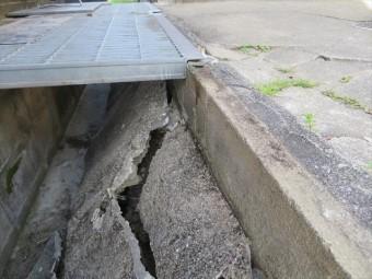 斜面をモルタルで覆っただけで、擁壁の最終段だけがブロック積みでは脆弱です