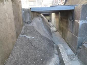 ガレージの地盤の土と表面の土間コンクリートを受け止める壁面が擁壁です。