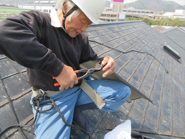猪名川町の街の屋根やさん宝塚店の工事は大工歴50年のベテラン職人が受け持ちます。