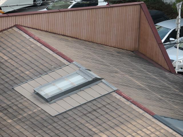 パラペットは建物の外観を保つとともに、看板を設置するために設けられる壁でもあります。