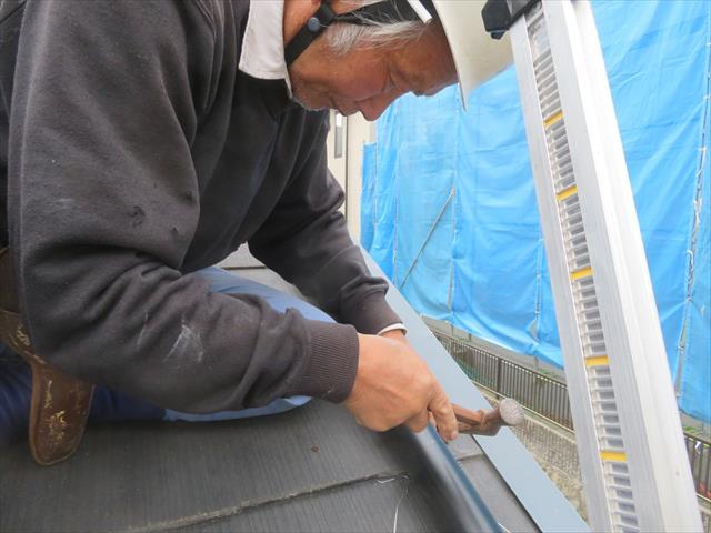川西市でも下屋根(下屋)の上の雨どいが台風に吹き飛ばされて修理が必要なお宅が多く出た。