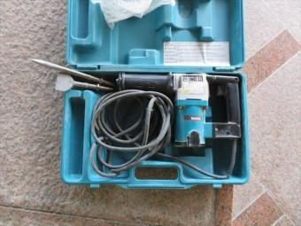 外壁タイルを剥がす時、強く密着している部分が残っている時は、チッパーという電動ハンマーを使用する。