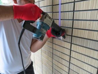 チッパーと言う電動ハンマーを使用すると、相当な振動と騒音が発生するが、外壁タイルは比較的簡単に斫り取ることができる。