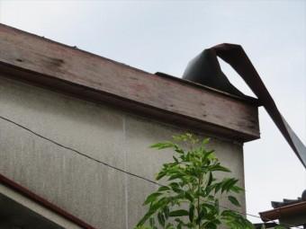伊丹市でトタン屋根がめくれてしまい、修理をしなければならないが業者が来てくれないと街の屋根やさん宝塚店へ修理要請が入ります。
