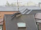 猛烈な勢力の台風21号は、棟包み板金を吹き飛ばし、隣家のアンテナに巻き付いて、倒壊させようとしていた