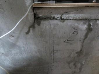 サッシ周囲のコーキング劣化により始まった雨漏りは、部屋内部に大きな雨染みができた。