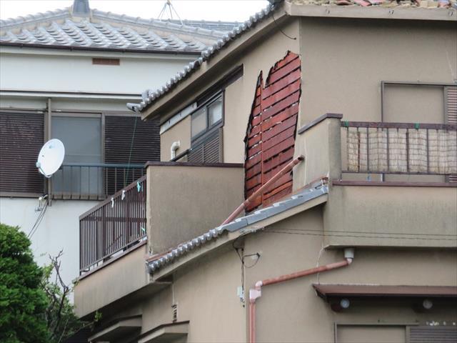 モルタル外壁を塗装などのメンテナンスをすることなく35年経過する、脆く崩れやすくなっていて、台風によって激突した飛来物がきっかけとして、壁面が崩落する事故が起こった。