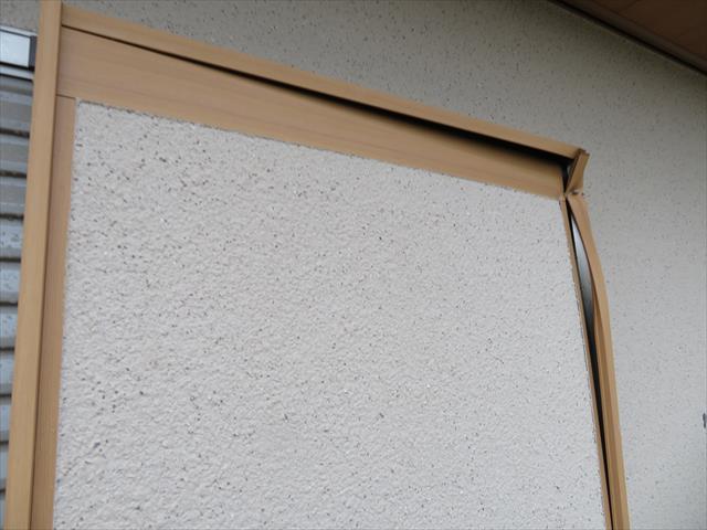 台風21号の強風が破壊したモルタル外壁の破片は、近隣のお宅のバルコニー設置雨戸まで達して、大きく損傷させていた