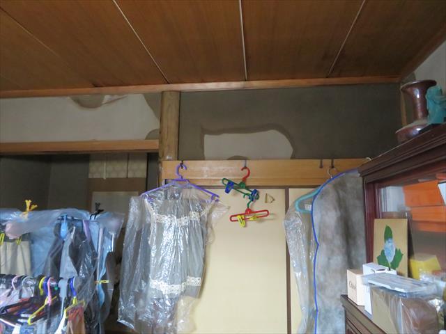 2階バルコニーのモルタル土間に塗った塗料が剥がれ、ドレンから雨どいを詰まらせてしまい、バルコニー溜まった雨水は階下の和室にひどい雨漏りを発生させた。