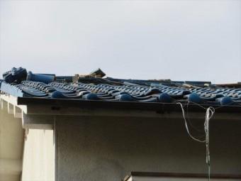 大阪北部地震の揺れは切妻屋根の棟瓦が大きく崩れた