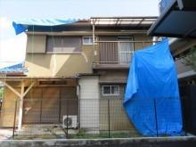 茨木市で雨漏り養生のために架けていた屋根のブルーシートは、台風21号など猛烈な風には耐えきれず剥がれた。