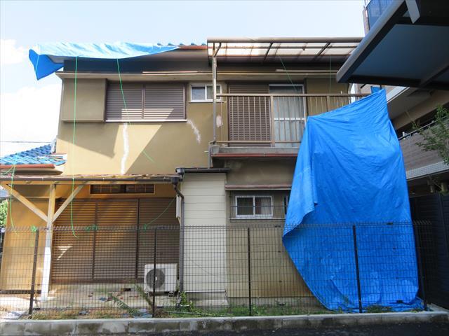 茨木市の屋根に架けたブルーシートを台風12号の強風に剥がされた