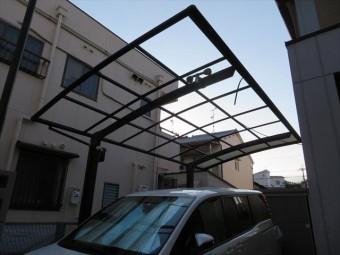 尼崎市でカーポート屋根のポリカ平板が外れたままのお宅が多くあります。修理をご検討であれば街の屋根やさん宝塚店にお問合せ下さい。