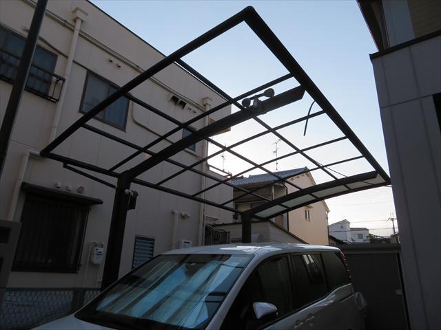 西宮市でカーポート屋根が壊れたままでお困りの方は街の屋根やさん宝塚店へお問合せ下さい。比較的早期に修理完了することが出来ます。