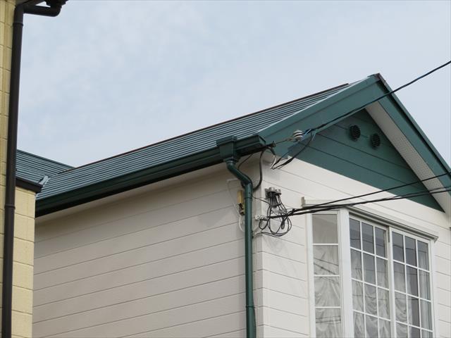 切妻屋根正面の「おがみ」を見るとすでに異変が生じている事が解ります。「おがみ」とは正面の三角部分の事を指し「妻」とも言います。
