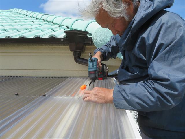 西宮市でベランダ屋根の波板や平板が割れてなくなったまま我慢している方は街の屋根やさん宝塚店へお問合せ下さい。ポリカ波板やポリカ平板だけの交換、取付だけであれば、数日以内に修理することも可能です。