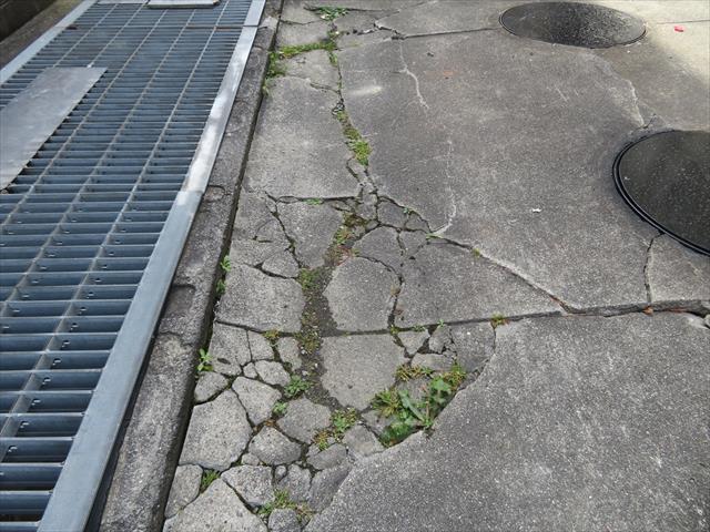ガレージ土間の表面には自家用車の荷重に耐えられなかったひび割れが入っていた