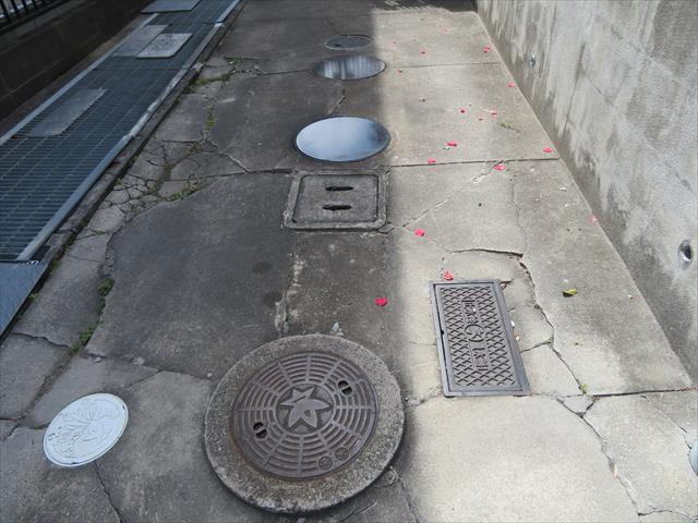 コンクリート工事が必要なガレージで、その地盤内に配管類が埋設されているのです。 目先で必要なのはガレージのコンクリート工事ですが、同時に埋設排管もやり替えておく方が合理的です。