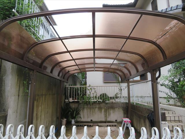 川西市でカーポート屋根が壊れたままでお困りの方は街の屋根やさん宝塚店へお問合せ下さい。比較的早期に修理完了することが出来ます。