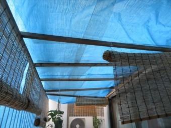 ビル2階のテラス屋根は雨ざらしにならないよう応急処置としてブルーシートを張った