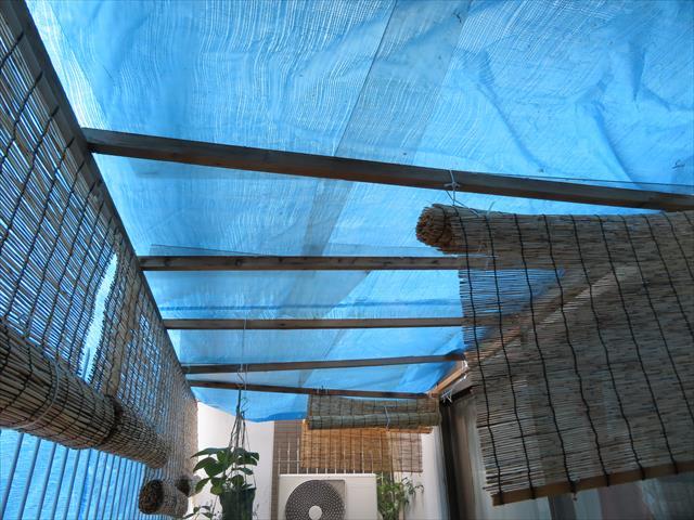 街の屋根やさん宝塚店の事務所テラス屋根が台風21号で吹き飛ばされ、ブルーシートで応急処置をするのが精いっぱいで、屋根被害が出たお客様の救援に奔走した