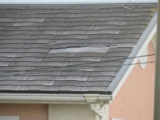 カラーベストが割れて抜け落ちてしまった屋根損傷の場合、部分修理が可能ですが、屋根材内部の防水処置を怠ると、毛細管現象で内部漏水が始まり、ひいては雨漏りにつながるので、熟達した職人による屋根修理が必要です