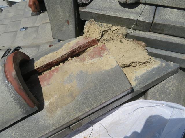 棟瓦を取り外し葺き土を撤去すると直方体形状の熨斗瓦が見えてきます