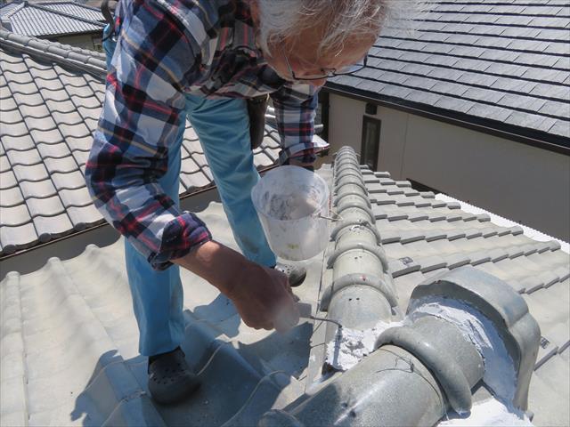 川西市で棟が崩れて修理が必要だが、熨斗瓦や紐丸(冠瓦)が手に入らず、瓦屋さんも来てくれないとお困りの方は、街の屋根やさん宝塚店へお問合せ下さい。速やかに工事を済ませます。
