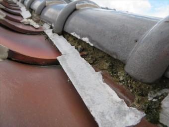 防水効果が高い漆喰も、僅かながら水分を吸収する性質があります。ごく微量ですが内部の成分が洗い流されて痩せて行きます。
