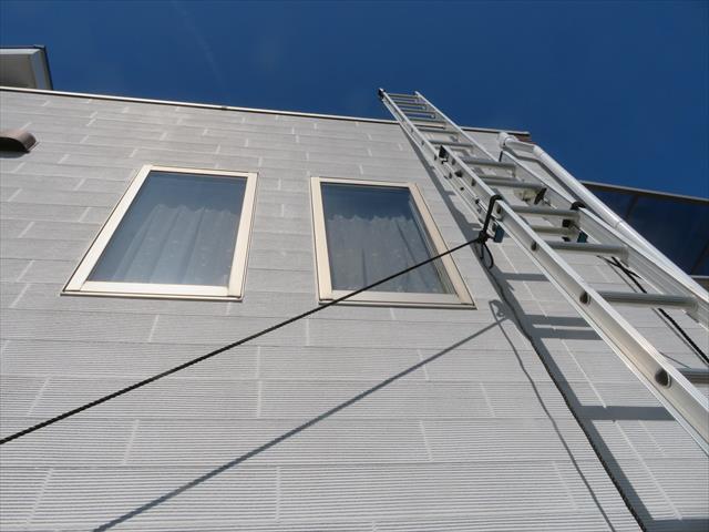 街の屋根やさん宝塚店は実際に登り大棟包み板金だけでなく、アンテナの不具合や、ルーフバルコニーの排水口清掃、鼻隠し板コーキングまで発見してくれた事が決め手だったそう。