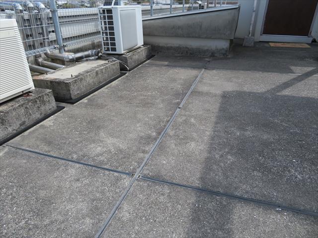 シンダーコンクリート打ちっぱなし仕上げの屋上が30年を経過してくるとアスファルト防水は機能しなくなる
