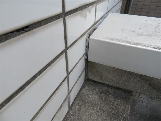 屋上のパラペット天端に配置された笠木と壁面の接合部にはコーキングを打設して雨水が入らないように雨仕舞する