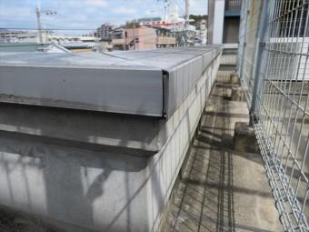 屋上パラペットのコンクリート立面は30年を経てもなお表面は滑らかな状態にある