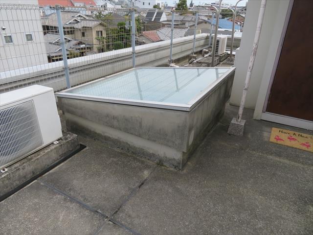 陸屋根構造の屋上にある天窓から、大雨の時だけ雨漏りする状態になった