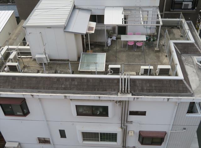 阪急石橋駅前ビルの複数雨漏りの原因は屋上防水不良と手入れ不足