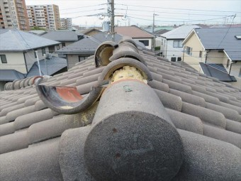 西宮市で屋根瓦の修理を担当する街の屋根やさん宝塚店の職人は大工歴50年のベテランで、台風21号で被害を受けた瓦屋根を何軒も修理してきました。