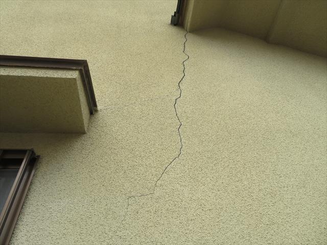 雨漏りは屋根からだけではなく、外壁からが原因である事が実に多く、特にクラック(ひび割れ)から入る水分の影響は無視できない
