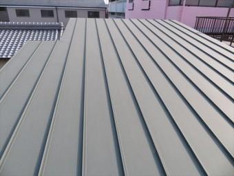 片流れ屋根に立平333が葺かれている傾向が強く、緩勾配という共通点もある