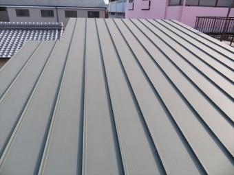 一枚仕立てのガルバリウム鋼板は屋根材の継ぎ目がない点で屋根材の継ぎ目から捲れることがないことや継ぎ目から雨漏りしないことが大きなメリットで特徴