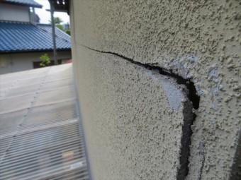 モルタルのクラックが横方向のひび割れの場合は早急に修理すべきである