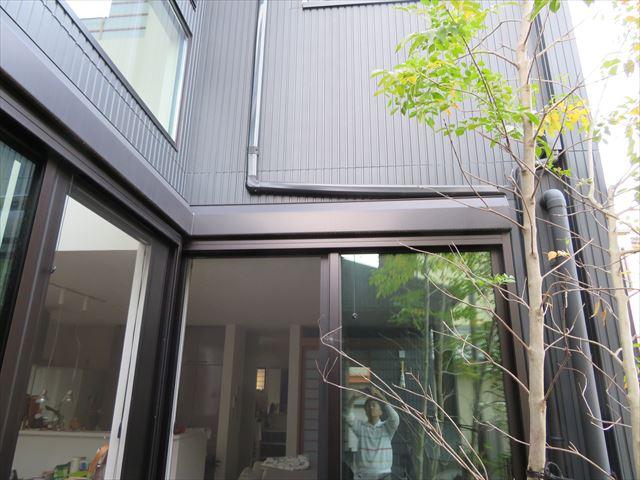 掃き出しのサッシ窓の上端は雨漏り注意箇所の一つ