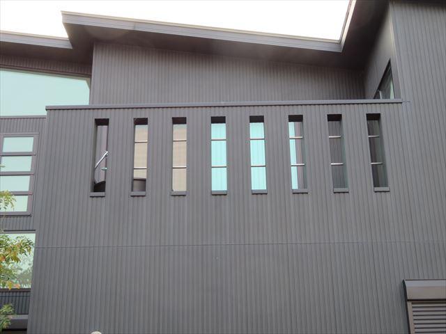 ルーフバルコニーとガルバリウム鋼板屋根