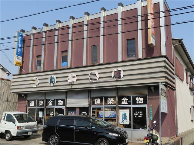 パラペットはベランダやバルコニー、屋上で見られ、店舗の正面に立ち上がった壁面